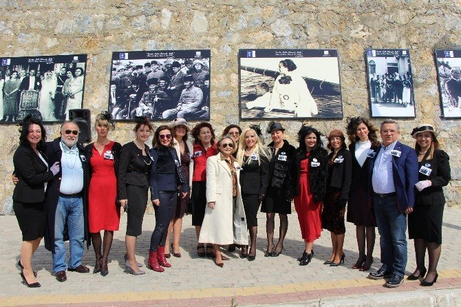 Kuşadası'nda Bulvar Duvarında Atatürk Köşesi Açıldı