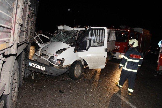 Kamyonet Park Halindeki Tır'a Çarptı: 8 Yaralı