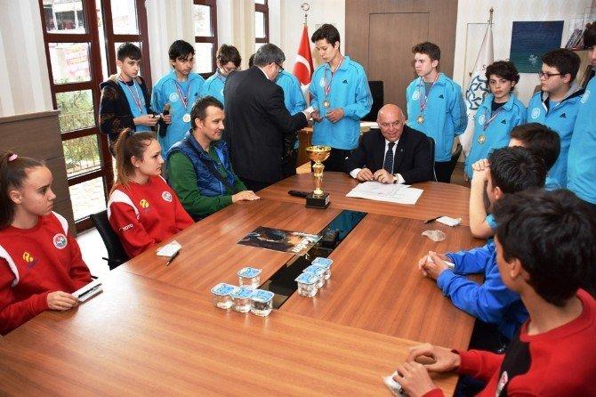Başarılı Sporcular Başkan Eşkinat İle Bir Araya Geldi