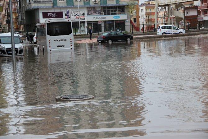 Otobüs yolcularla birlikte suda mahsur kaldı