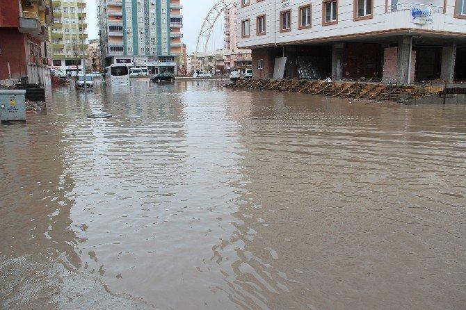 Halk Otobüsü Yağmur Suyunda Mahsur Kaldı
