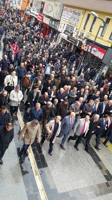 Saldırıya Uğrayan CHP İl Başkanı İçin Partililer Kol Kola Yürüdü