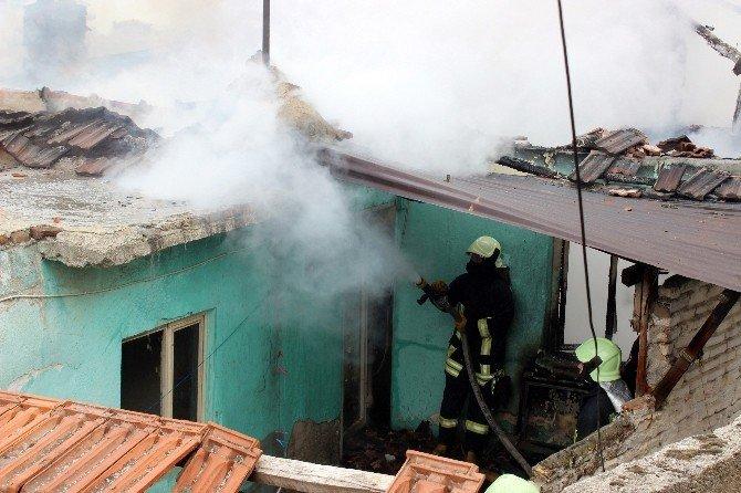 Denizli'de Yangın Bir Evi Kül Etti
