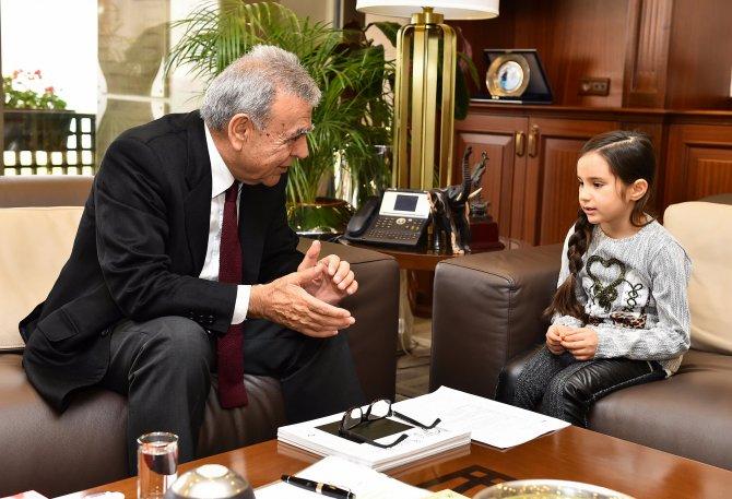 7 yaşındaki Sude, İzmir Büyükşehir Belediye Başkanı'nı ziyaret etti