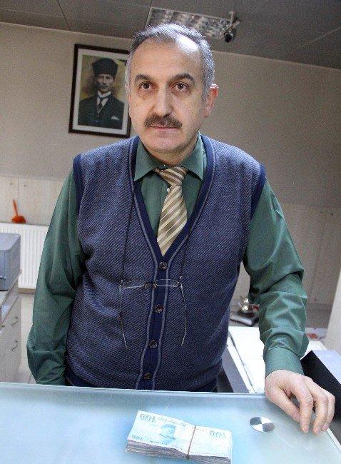 Yaşlı Adamı Dolandırılmaktan PTT Görevlisi Kurtardı