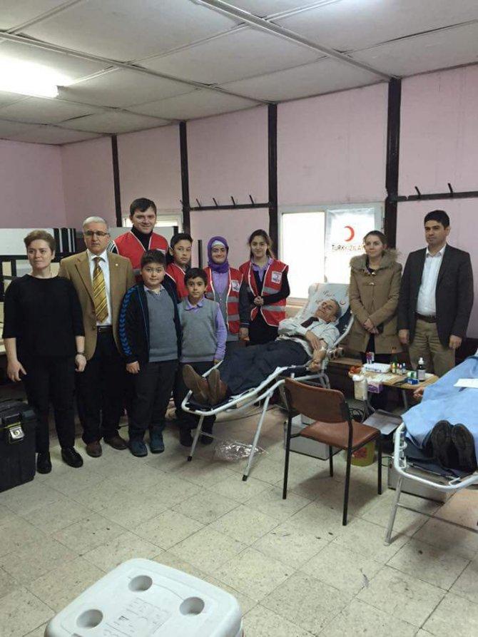 Veliler okulda kan bağışladı