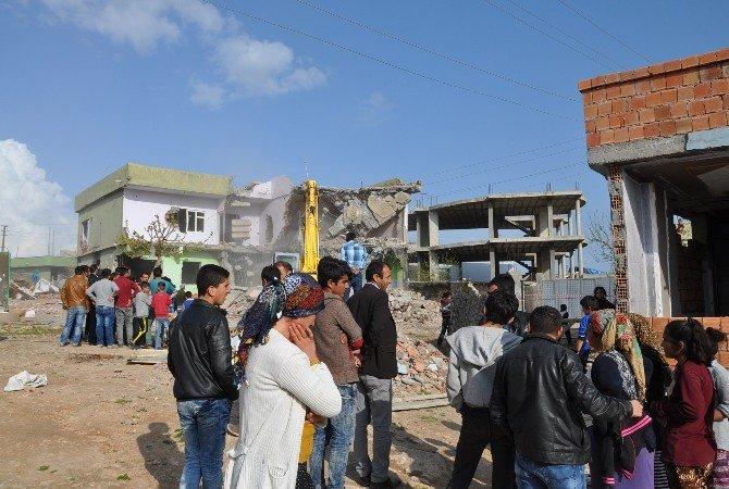 Silopi'de Ağır Hasarlı Binalar Yıkılıyor