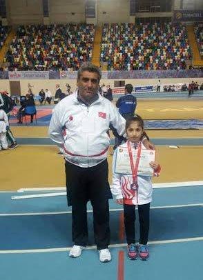Vanlı karateci Esmanur Duran, katıldığı ilk turnuvasından üçüncülük ile döndü
