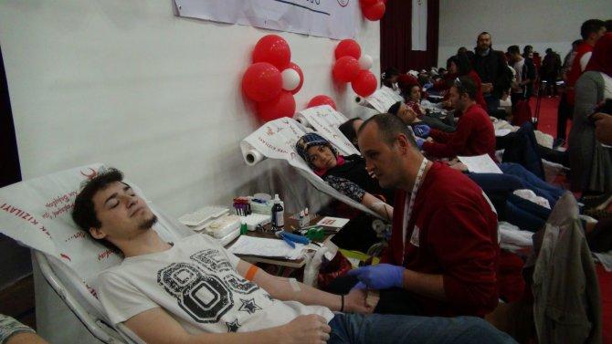 'Kampüsün kanında hayat var' deyip kan vermek için sıraya girdiler