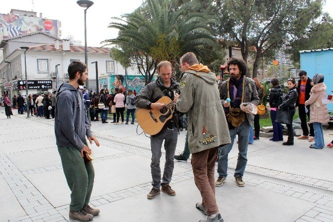 Ukrayna'dan Gelip Kuyruktakiler Sıkılmasın Diye Müzik Yaptılar