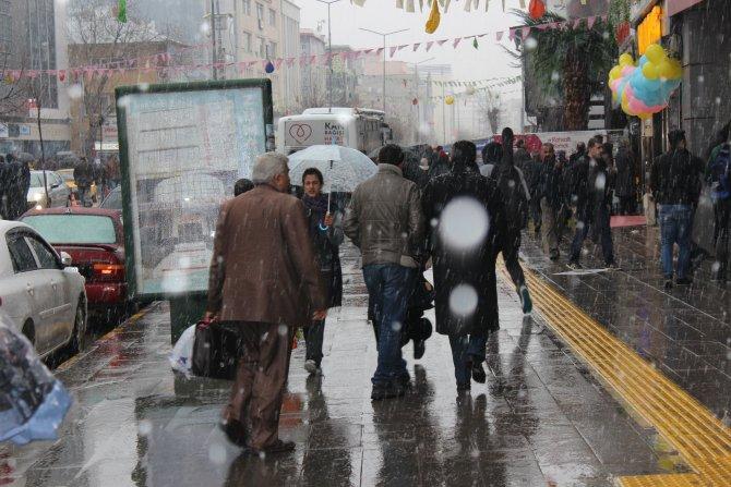 Van'da sürpriz kar yağışı