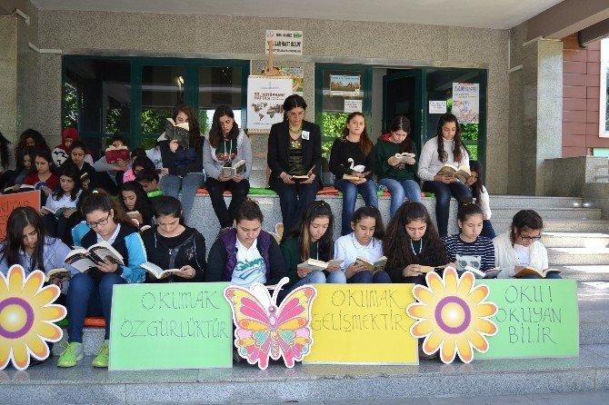 Okul Önünde Kitap Okudular