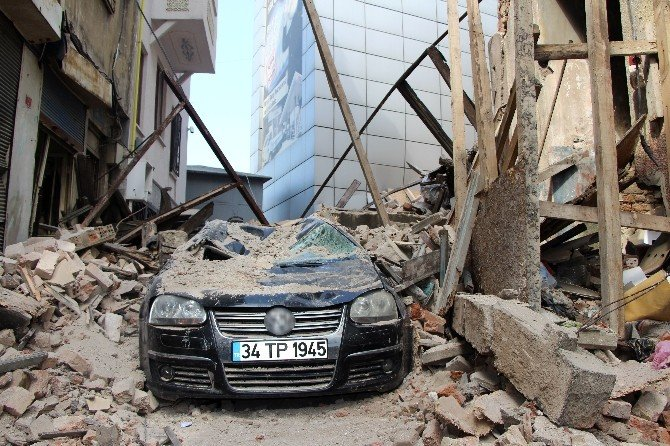 Beyoğlu'nda 100 Yıllık Bina Böyle Çöktü