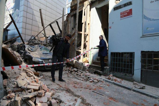 Üç katlı tarihi bina bir anda çöktü