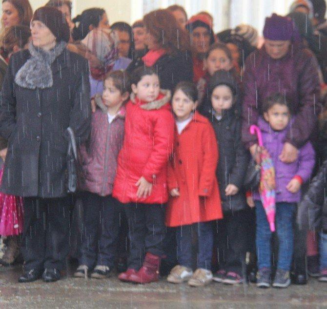 Yağmur Altında Islanan Çocukları Görünce O Da Onlarla Birlikte Islandı