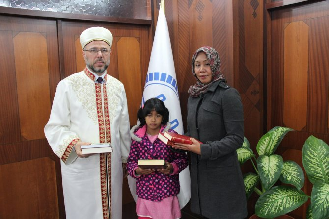 Venezuelalı doktor kızıyla birlikte Müslüman oldu