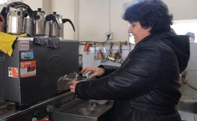 Kahvehaneye Kadın Eli Değdi