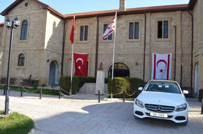 KKTC Turizm Bakanı bakanlığına Türk bayrağı astı