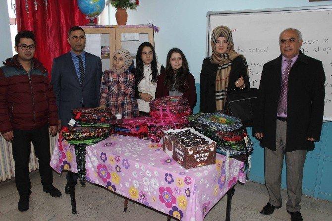 Öğrencilerden Köy Okuluna Yardım