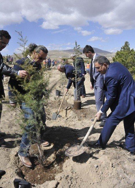 Selçuk'ta Şehitler Anısına Bin 100 Fidan Toprakla Buluştu