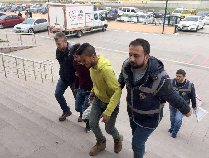 Polisi gören hırsızları çaldıklarını bırakıp kaçtı