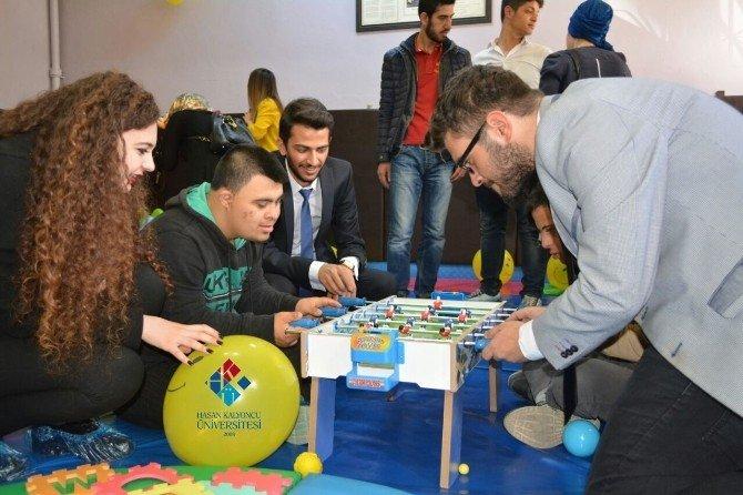 Üniversite Öğrencileri Özel Eğitim Alan Çocukları Oyun Oynayarak Eğitiyor