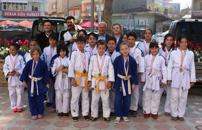 Şampiyon Judocular Belediyeyi Ziyaret Etti