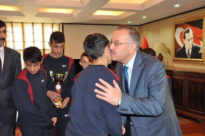 Kars Valisi Günay Özdemir Başarılı Öğrencileri Ödüllendirdi