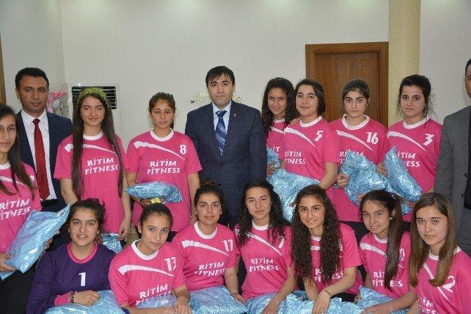 Viranşehir'de Kaymakamı Citer, Şanlıurfa Şampiyonu Olan Hentbol Takımını Ödüllendirdi