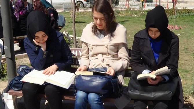 Kütüphane Haftası'nı Kitap Okuyarak Kutladılar
