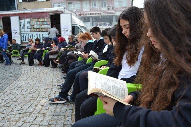 Şehir Meydanında Kitap Okudular