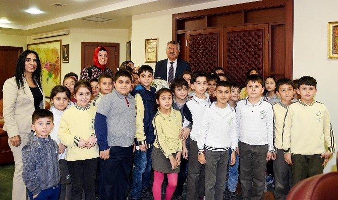 Minik Öğrenciler Başkan Karalar İle Makam Odasında Ders Yaptı