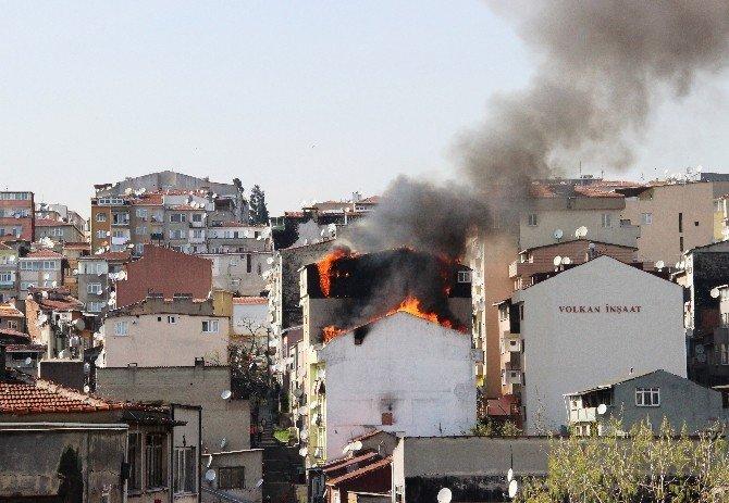 Alev Alev Yanan Çatı Katı Mahalleliyi Sokağa Döktü
