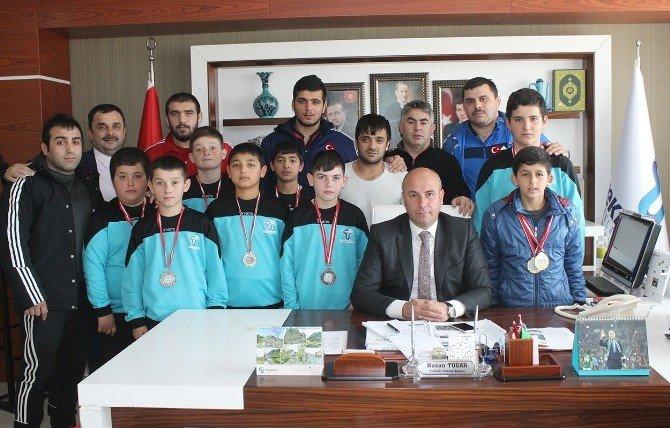 Başkan Togar'dan Güreşcilere Altın