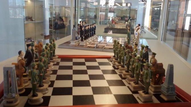 Rekortmen müzede Bush ve Saddam'ın da olduğu 560 satranç takımı sergileniyor