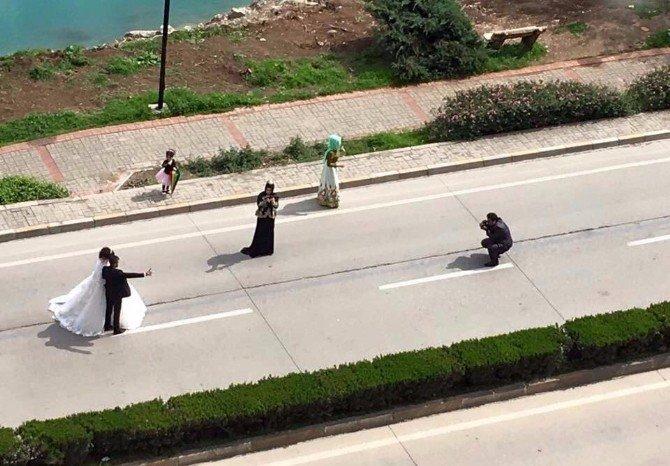 Caddenin Ortasında Tehlikeli Düğün Çekimi