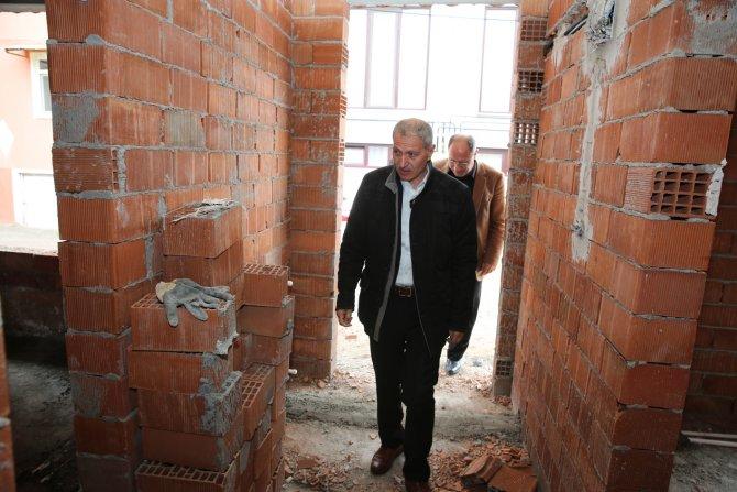 Evi yanan yaşlı kadına belediye başkanı sahip çıktı