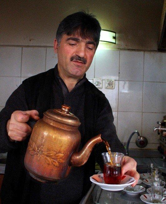 Dede Mesleğinde 44 Yıldır Soğuk Suyla Çay Demliyor