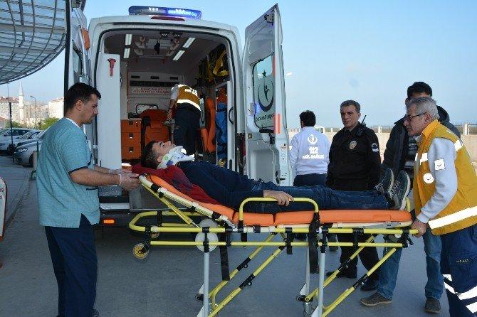 Motosiklet Kamyona Çarptı: 1 Yaralı