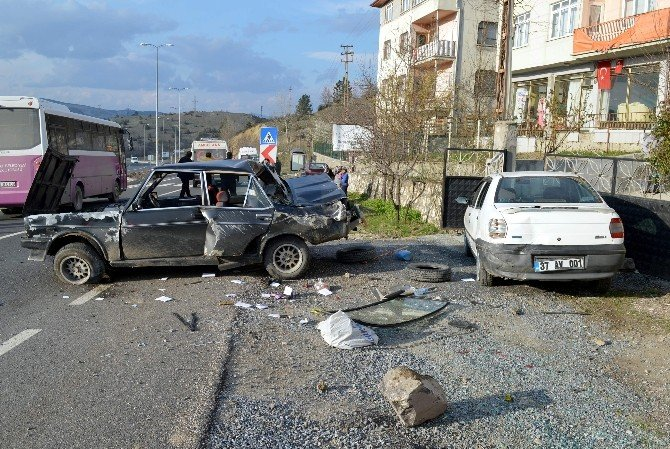 Çaldığı Arabayla Alkol Almaya Giderken Kaza Yaptı
