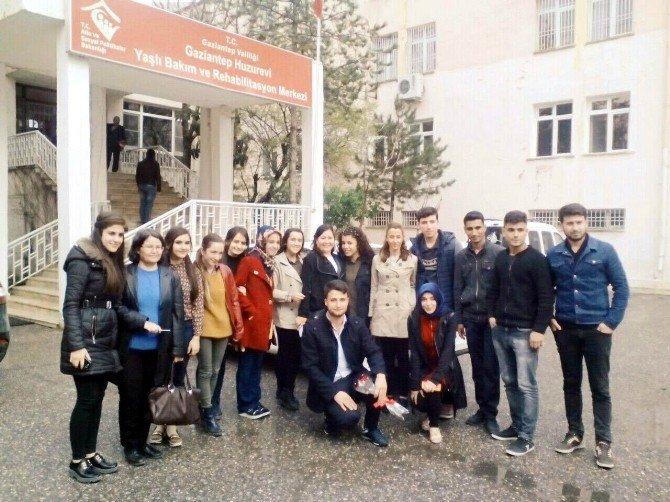 Üniversite Öğrencileri Yaşlılar Haftasında Huzurevini Ziyaret Etti