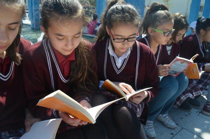 Kula'da 500 Kişi Meydanda Kitap Okudu