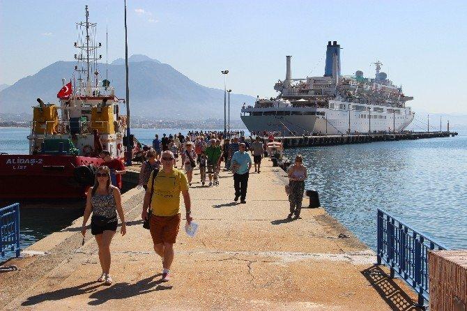 Alanya'ya Kruvaziyer İle Bin 287 Turist Geldi