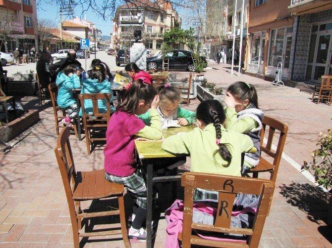 Öğrenciler Kahvehane Önünde Kitap Okudular