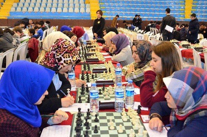 400 Kişi Aynı Anda Satranç Oynadı