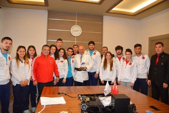Judo Milli Takımı Başkan Eşkinat'ı Ziyaret Etti