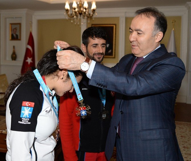 Vali Altıparmak, Demirspor'un Başarılı Sporcularını Ödüllendirdi