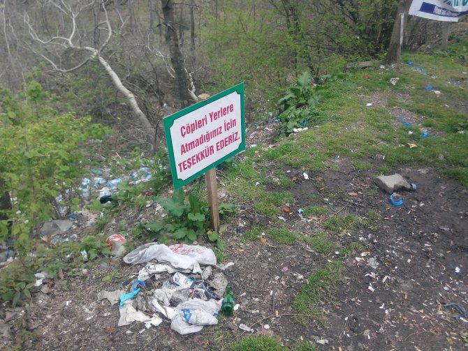 Doğal kaynak suyunun etrafına atılan çöpe vatandaşlardan tepki