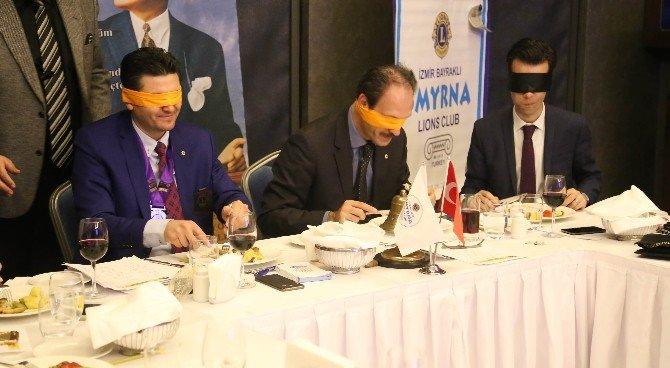 Görme Engelliler İçin Gözleri Kapalı Yemek Yediler