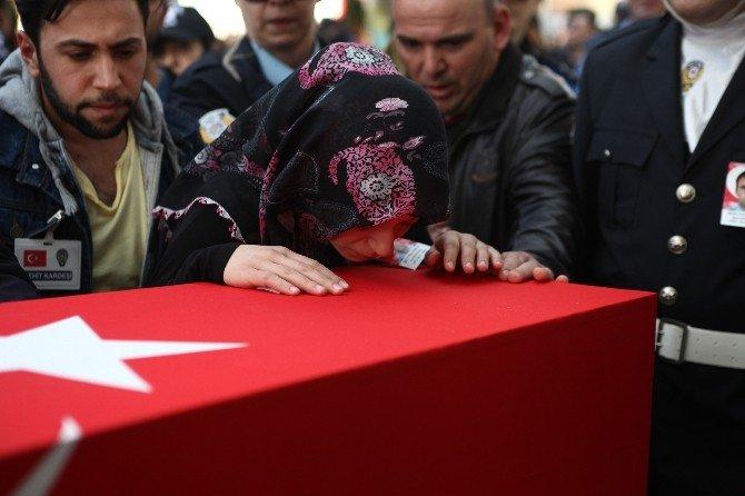 """Şehidin Kardeşi: """"Bu Bayrak İçin Bin Şehit Versek Yine Yıkılmayız"""""""